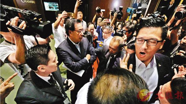 ■梁君彥與傳媒會面後,遭幾名反對派立法會議員圍阻離場,及指�迼蓐|。 香港文匯報記者梁祖彝  攝