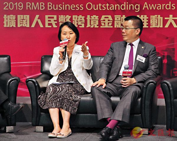 ■鄂志寰(左)指中銀香港已由城市銀行轉變成區域性銀行。右為洪為民。 香港文匯報記者潘達文  攝