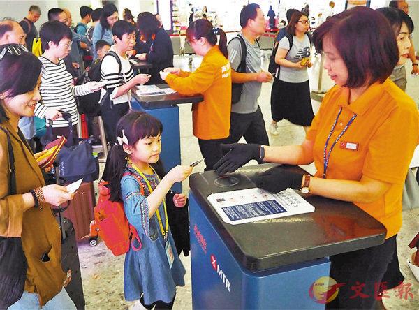 ■內地聯通香港的高鐵車站7月10日起將由目前的44個增至58個。圖為旅客在香港西九龍高鐵站過關。 資料圖片