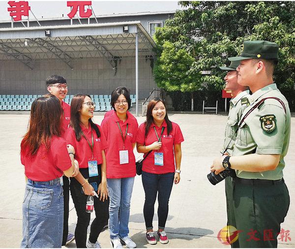 ■學生們與儀仗隊隊員交流。香港文匯報記者趙一存  攝