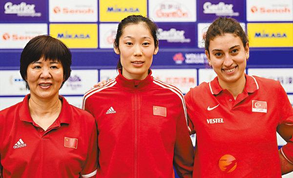 ■中國女排主教練郎平(左)、球員朱婷(中)、土耳其女排球員卡利斯坎在發佈會上合影。  新華社