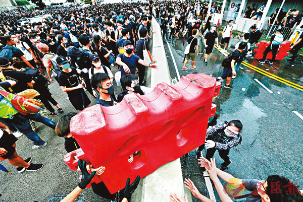 ■暴徒搬動水馬,企圖藉此堵塞通道。 香港文匯報記者梁祖彝  攝