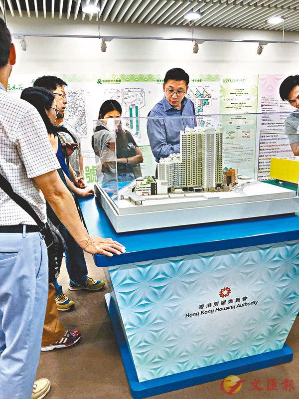 市民預覽屋苑模型。香港文匯報實習記者楊曉瑩  攝