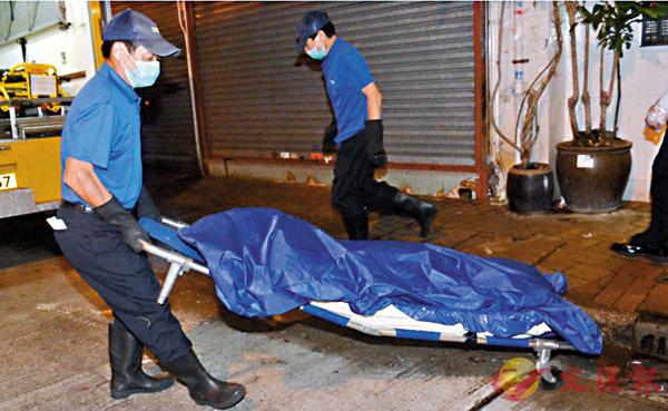 ■兩名一同燒炭自殺中年婦人遺體由仵工舁走。