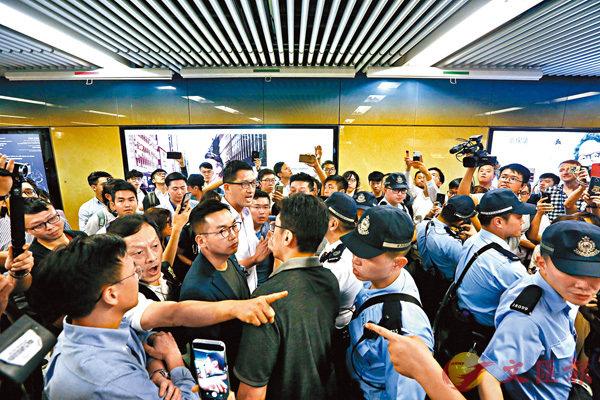 ■楊岳橋、林卓廷刁難警方檢查身份證。 資料圖片