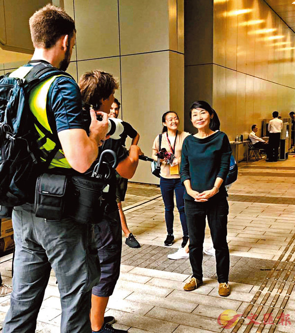 ■暴動後,毛孟靜炫耀其接受外媒採訪時笑容滿面。 fb截圖
