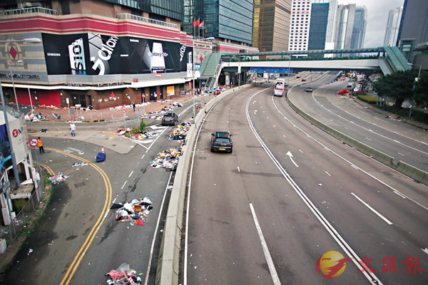 ■暴亂過後,金鐘一帶滿目瘡痍。香港文匯報記者莫雪芝  攝