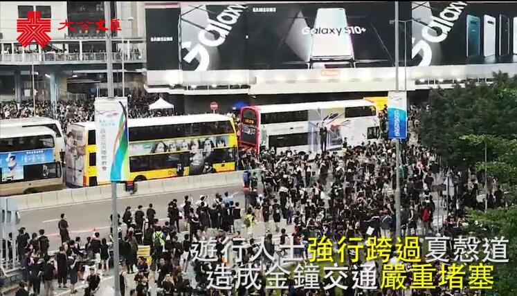 最美背影 堅定前行 香港警察迅速處置恢復交通