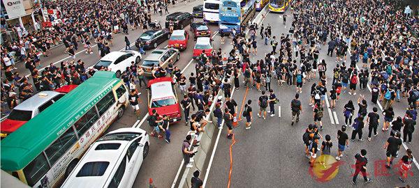 ■ 遊行人士越過夏�t道前往政總立會一帶集會。 香港文匯報記者莫雪芝 攝
