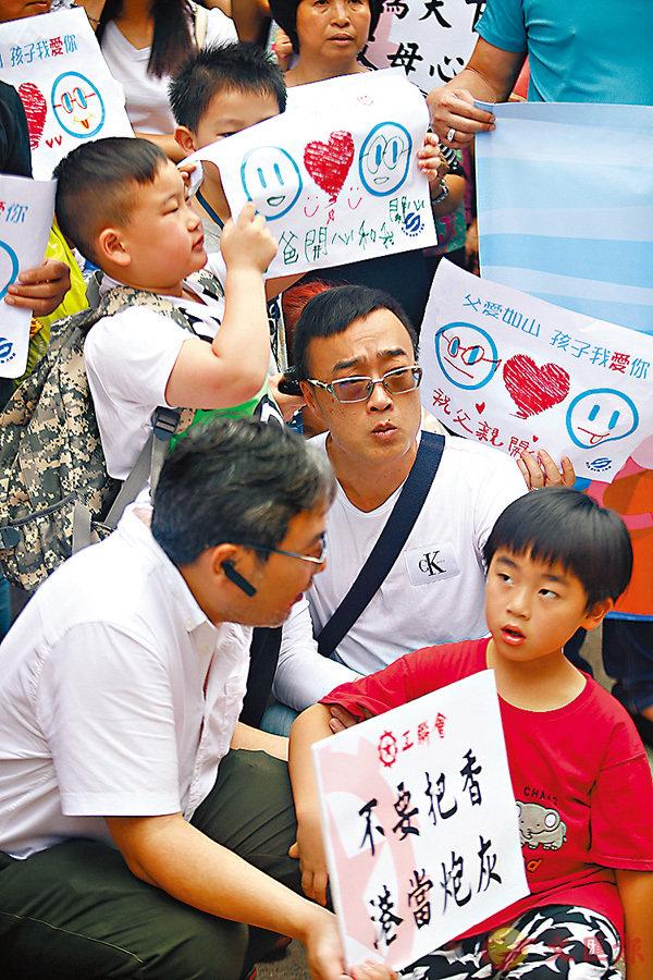 ■保公義撐修例大聯盟在父親節組織一批父子到美國駐港領事館請願,促美國不要干預香港事務。 香港文匯報記者莫雪芝  攝