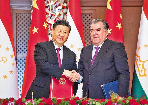 ■15日,中國國家主席習近平在杜尚別同塔吉克斯坦總統拉赫蒙會談。會談後,兩國元首簽署聯合聲明。 新華社