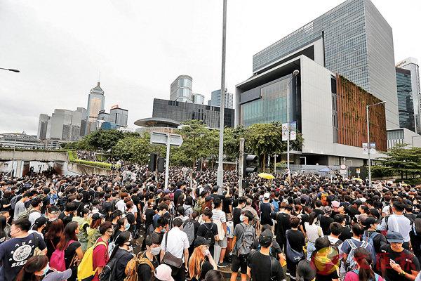 ■ 反對派3名議員昨日下午發動靜坐者包圍特首辦,要求回應前天遊行的五點訴求。 香港文匯報記者曾慶威 攝
