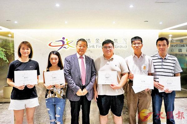 ■張國良(左三)為5月份「少年中國歷史博學獎」及「感動香港獎」得獎者頒獎。機構供圖