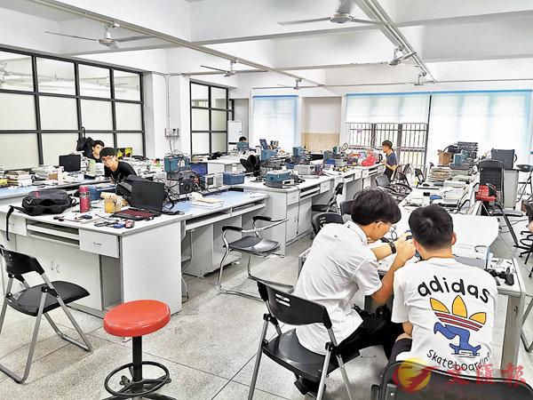 ■東莞理工學院粵港機器人學院學生實驗室。香港文匯報記者帥誠  攝