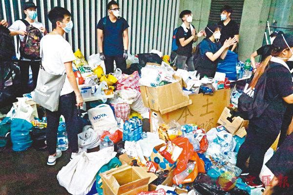 ■ 示威者佔領馬路後,現場旋即有人運來大批物資,並在路邊設立物資站。到底買物資的錢從何來?是個謎。