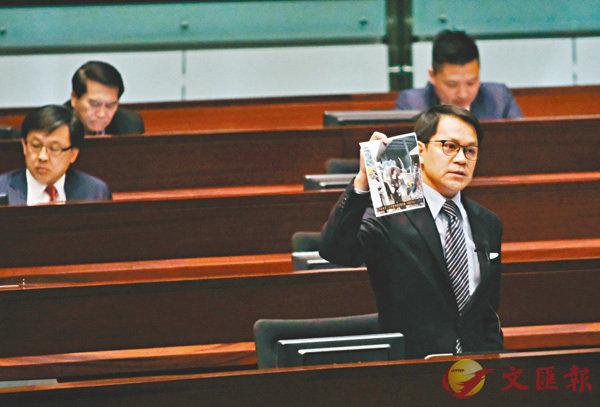 陳克勤展示示威者暴力攻擊警方圖片。香港文匯報記者梁祖彝  攝