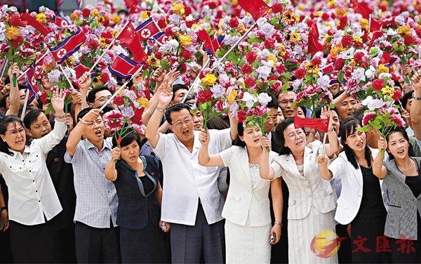 ■昨日,習近平乘專機抵達平壤,開始對朝鮮民主主義人民共和國進行國事訪問。 這是朝鮮民眾在平壤順安機場熱烈歡迎習近平。新華社