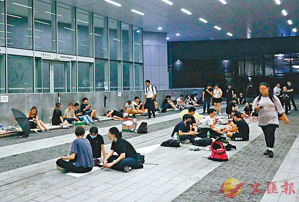 ■20日晚上,黑衣人在立法會示威區聚集。