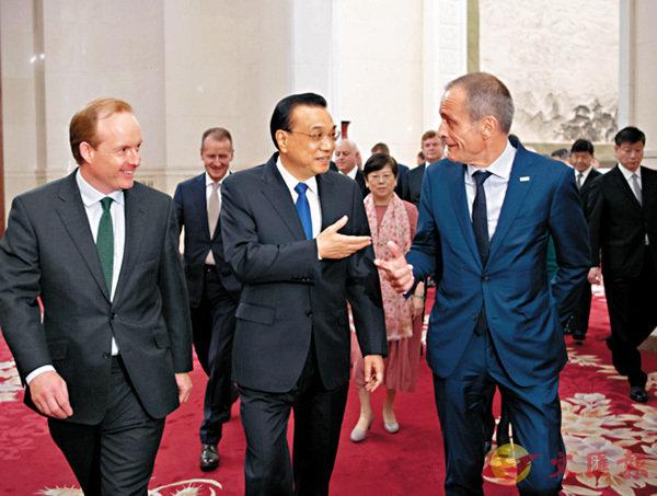 ■國務院總理李克強昨日上午在人民大會堂會見來華出席「全球首席執行官委員會」第七屆圓桌峰會的知名跨國公司負責人,並同他們座談。 中國政府網