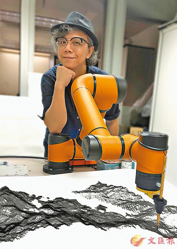 ■黃宏達與他發明的人工智能藝術家A.I. Gemini合力創作。