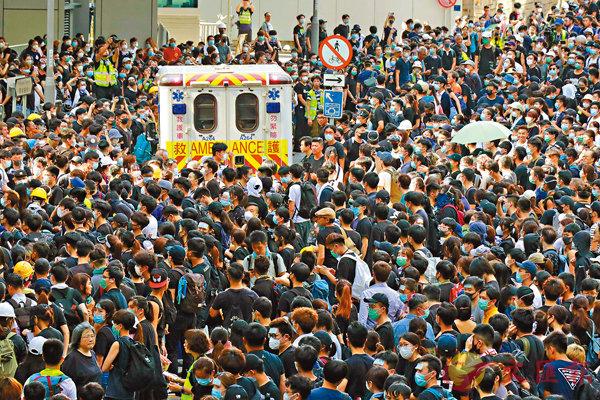 ■ 示威者前日堵塞金鐘、灣仔一帶多條主幹道,導致多宗救護工作延誤。香港文匯報記者  攝