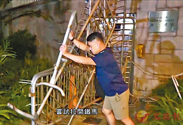 ■李仲華嘗試推開鐵馬。 電視截圖