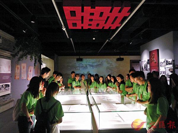 ■香港學子參觀《成都故事》展覽。 香港文匯報記者向芸  攝