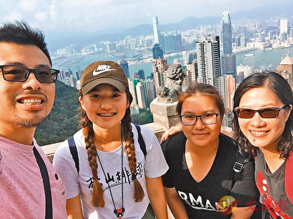 ■Edward(左一)及陳鳳霞(左四)曾帶Proud(左三)及另一位台灣學生(左二)行上太平山頂。 受訪者供圖