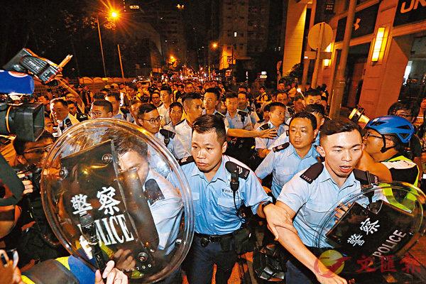 ■ 26日晚,示威者再次包圍警察總部。27日凌晨三點起,警方實施清場行動,全程相當克制。 香港文匯報記者  攝