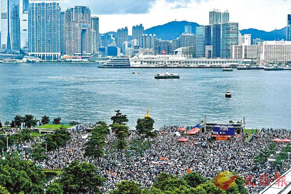 ■6月30日下午,「撐警隊、護法治、保安寧」民間聲援集會在香港添馬公園舉行,有大批香港市民冒雨參加。從現場高位所見,參與集會人士站滿了整個添馬公園。 中新社