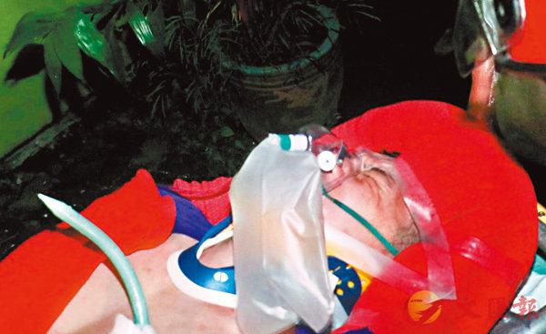 傷者被連人帶鐵支一併送院時面露痛苦神色。經通宵手術取出鐵支,情況嚴重。