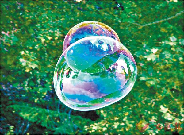 ■肥皂泡表面也有跟水面上的油彩一樣的現象。 網上圖片
