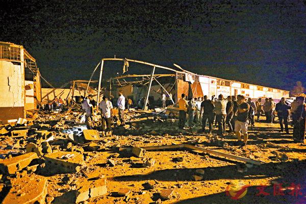 ■空襲過後,難民拘留中心變成廢墟。美聯社