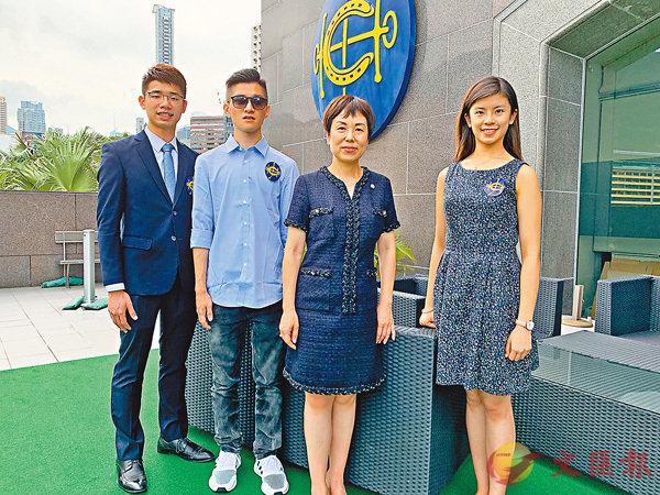 ■部分得獎者鄺慶添(左一)、練子諾(左二)、 廖梓恩(右一),與馬會慈善項目高級經理葉巧兒合影。 香港文匯報記者詹漢基  攝
