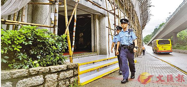 ■警方在大文集團辦公樓附近加強巡邏。 全媒體記者李斯哲  攝