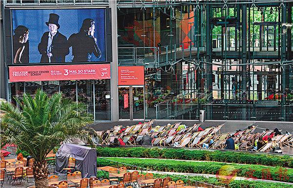 ■柏林戲劇節特設的Public Viewing,在城市公共空間播放「十大劇作」其中三部,一時間戲劇節如水銀瀉地,滲透柏林的每一個角落。 (c) Piero Chiussi