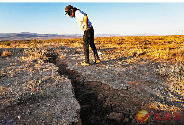 ■地震後路面出現大型裂縫。   法新社