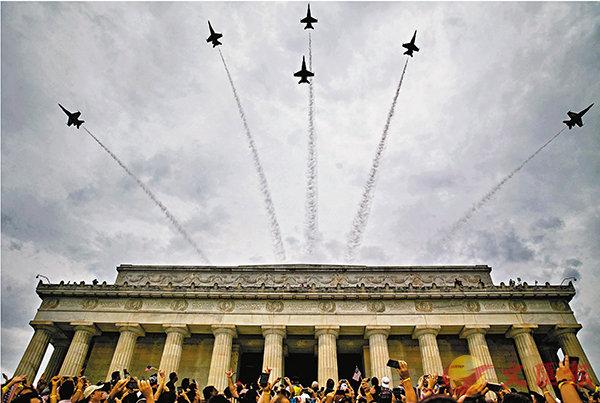 ■海軍「藍天使」特技飛行戰機隊戰機飛越林肯紀念堂。  彭博通訊社