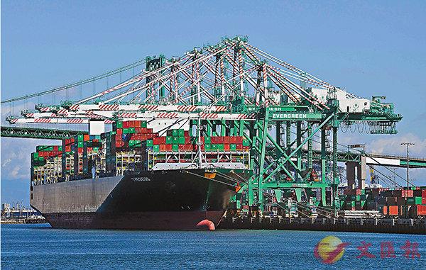 ■學者指「脫�u」從理論上來講可能最終不會變成現實。圖為貨船駛進美國洛杉磯長灘港。 資料圖片