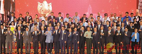 ■新界鄉議局舉辦慶祝香港回歸祖國22周年酒會,賓主祝酒。 香港文匯報記者劉國權  攝