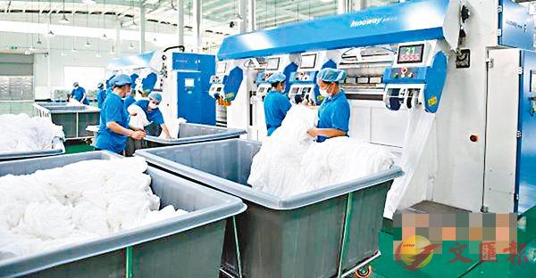 ■武漢首家綠色洗滌基地令酒店「一客一換」透明化。圖為工作人員在該基地中工作。 網上圖片