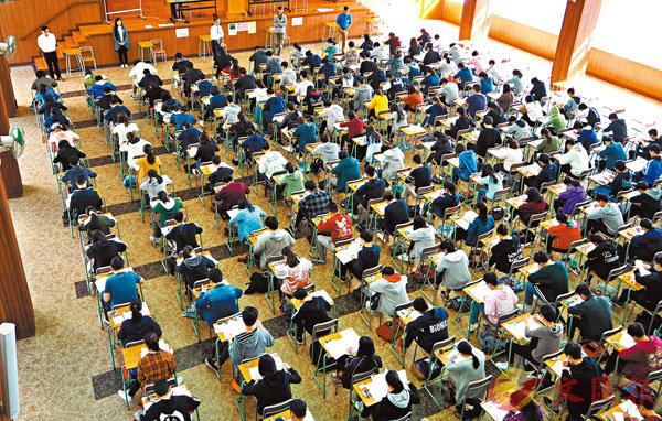 ■文憑試將於本周三放榜,考評局去年邀請部分中學的教師就學生所獲等級進行預測,發現近六成半考生的英文科成績成功被「貼中」。資料圖片