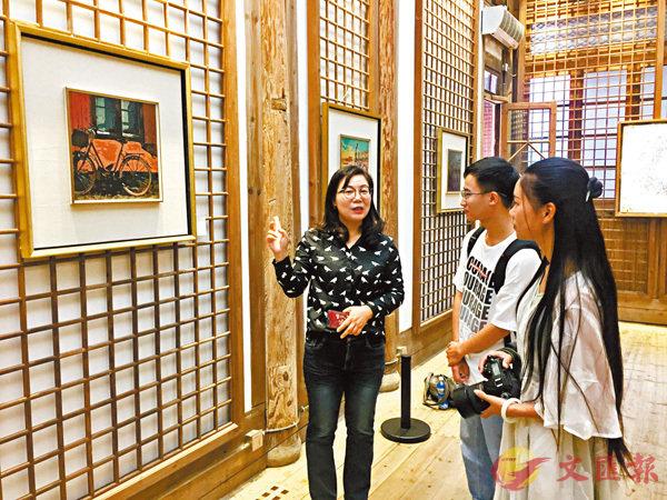 ■張麗向參觀者介紹其作品《單車系列》