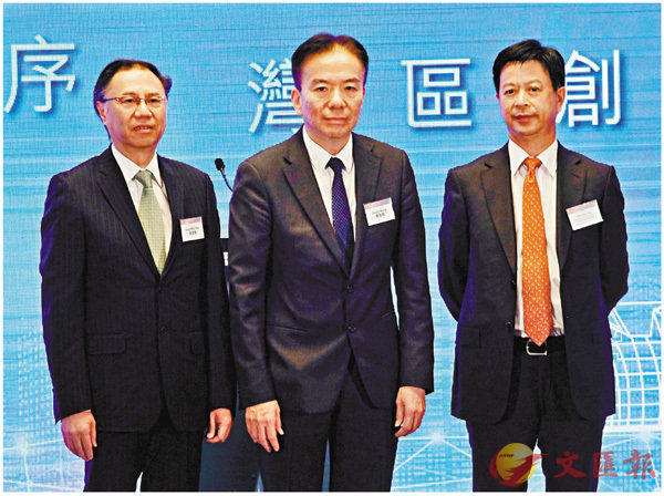 ■黃友嘉(中)稱,大灣區發展正好為內地和香港帶來新機遇。右為張建生。 梁祖彝  攝