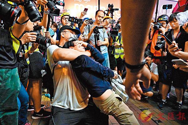 ■7月7日,旺角示威者指一名女子拍攝「大頭照」而實施箍頭搶奪。 資料圖片