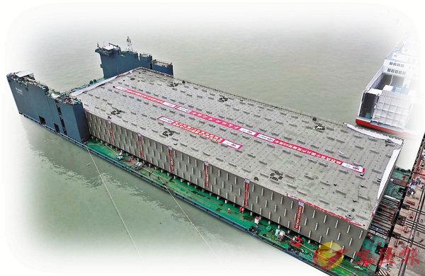 ■深中通道首個管節(E1管節)鋼殼已抵珠海牛頭島預製廠,目前已進入混凝土澆築階段。 香港文匯報記者方俊明  攝