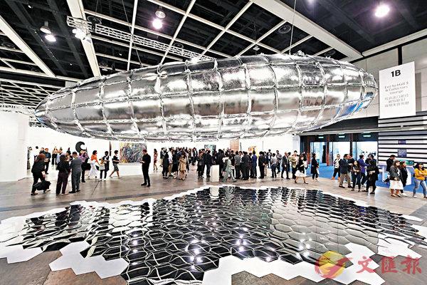 ■香港巴塞爾藝術展雲集世界各地的頂級畫廊,對於June及Liz而言,作品能否被畫廊相中,她們倒是很看得開。 中新社