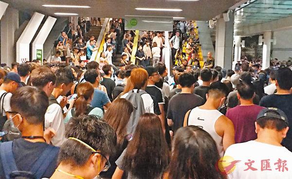 ■港鐵油塘站昨晚聚集逾百名青年叫囂,警方一度高舉紅旗警告,直至深夜事件仍未解決。 香港文匯報記者鄧偉明  攝