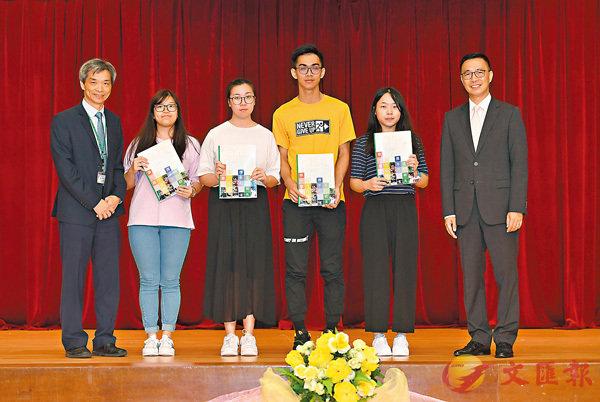 ■楊潤雄頒發成績通知書予學生代表。
