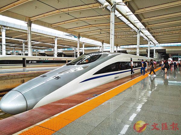 ■南寧直達香港高鐵昨日在南寧東站首發。 香港文匯報記者曾萍  攝